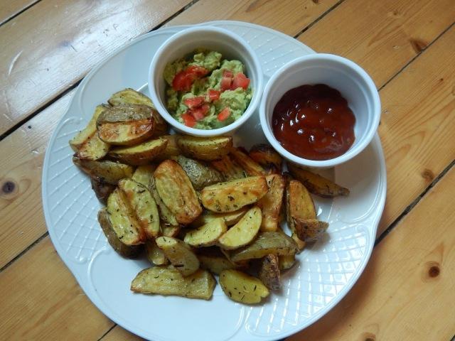 Kartoffelwedges mit Avocadodip und Ketchup